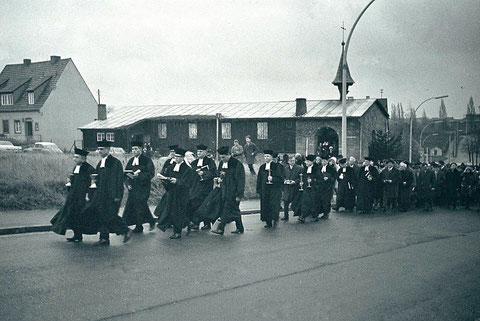 Ehemalige Wehrmachtskirche und spätere Notkirche - hier der Umzug in die Christuskirche - 21.11.1965