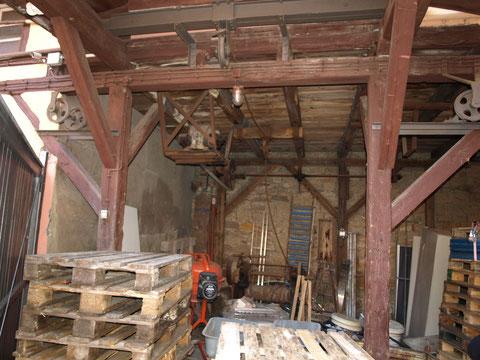 Von hier aus (im Hof des oben abgebildeten Gebäudes wurden die Keller über Schächte bedient)