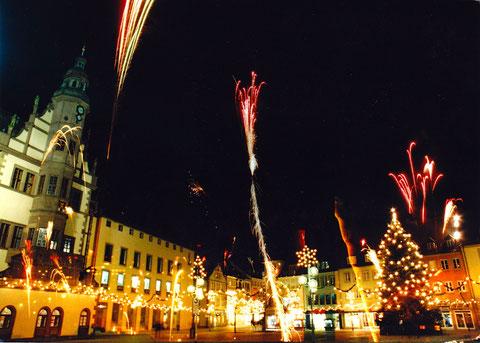 Ein Farbfoto! Markt mit Feuerwerk.