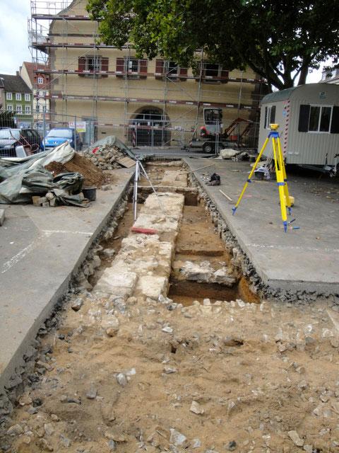 Gesamtschau der Grabungsfläche, die mehrere Bestattungen im Bereich der ehemaligen Kilianskirche freilegte