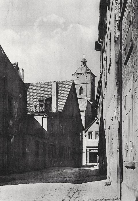 Blick durch die Krumme Gasse auf die St. Johannis-Kirche