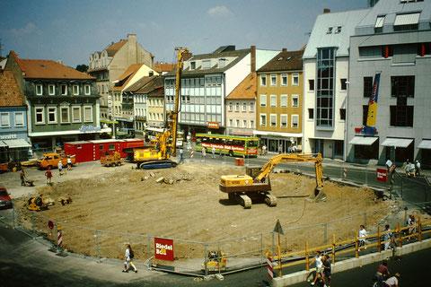 """Der Busbahnhof wurde abgerissen und """"modern"""" wieder aufgebaut - 1994 Foto: Rudolf Steiche"""