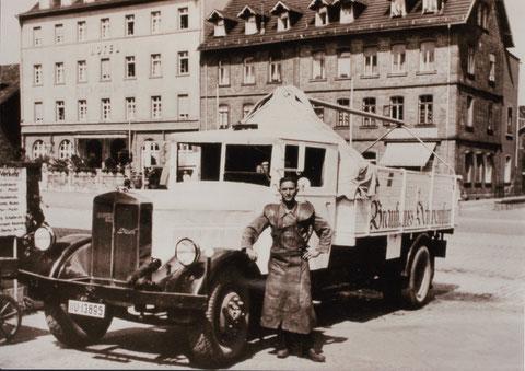 1939 vor Hauptbahnhof-Gaststätte - LKW Büssing NAG Diesel, Bj 1939, 4,5 to NL, 65 PS mit 5-Gang-Getriebe, 4 Zylinder, Kosten: 18.000.- Reichsmark; Kennz. II U-13895 mit Beifahrer Steinmetz: