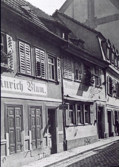 Heinrich Blum, Weber, Fischerrain 9, dahinter Weinwirt Elflein Fischerrain 11, ca. 1905