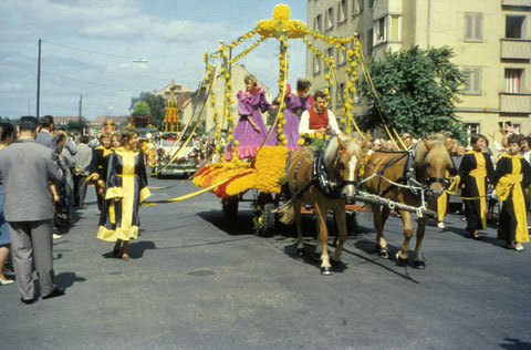 26. August 1962 - Festzug anlässlich des Blumenfestes in der Landwehrstraße