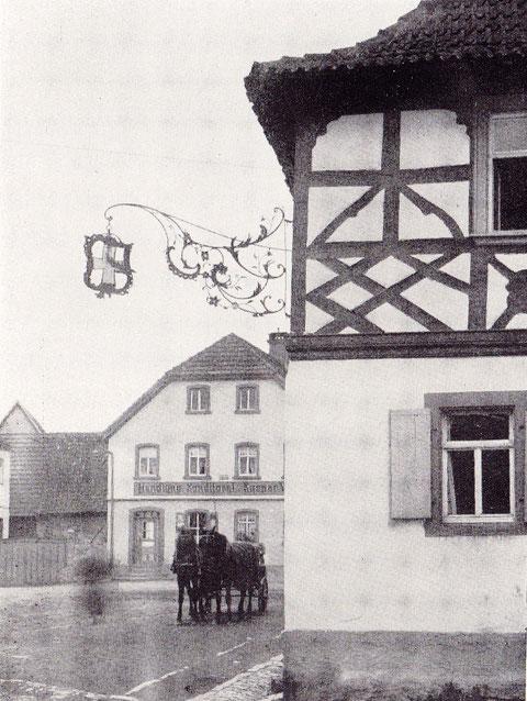 """Wirtshausschild am Gasthaus """"Zum goldenen Kreuz"""""""