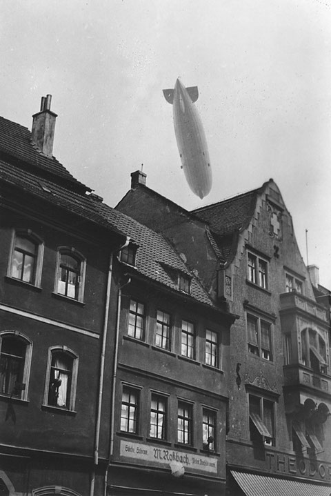 Rückertstraße 1 M. Roßbach Schirmgeschäft - darüber der Zeppelin 1930 - Danke an Holger Meyer