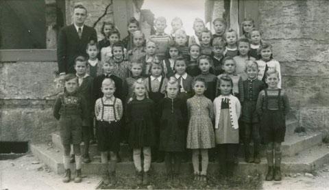 Die Schulklasse in Oberndorf 1948 vor der vom Krieg zerstörten alten Schule. Lehrer: Herr Czerny - danke an Karin Schaffner