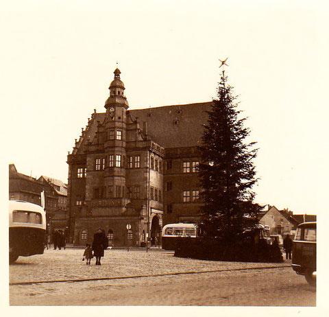 rechts die freie Fläche neben dem Rathaus