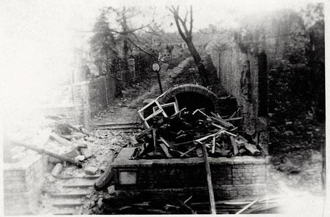 Auf diesem Foto gut zu sehen die Zerstörungen am Höpperle durch Fliegerbomben nach dem Angriff 27.04.1944 - Aufgenommen vom Haus Neutorstraße 2 - man sieht noch gute den Wallweg zwischen den beiden Mauern