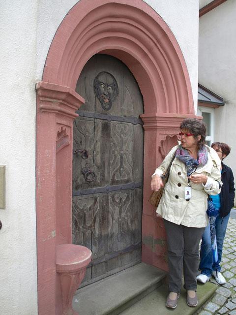 Waltraud Warmuth am Eingang des Schrotturms