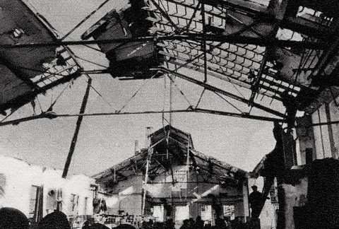 24.10.1943 Das Dach des Scheuerraums mit Blankmetall-Lager ist getroffen