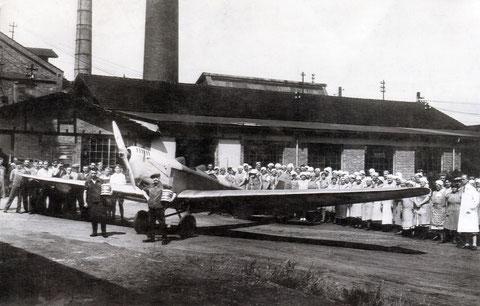 """Leichtbauflugzeug Klemm KL 25 vor der Essig- und Likörfabrik """"Hirsch"""". Herzlichen Dank an Gerhard Spitzner, Gochsheim."""