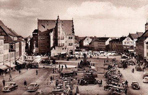 Die freigelegte Fläche neben dem Rathaus nach Abtrag der Ruinen