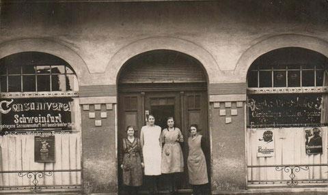 """nach unten aufgeführter Aufstellung aus dem Adressbuch 1932 handelt es sich hier um die Wilhelmstraße 18 (rechtes Schaufenster """"Verkaufsstelle3"""")"""