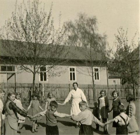 Im Pausenhof im Jahre 1941 der Schule Schweinfurt-Oberndorf, im Hintergrund die Turnhalle des TV-Oberndorf- Danke für dieses Foto an Rudi Christ