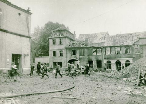 Der Georg-Wichtermann-Platz (Postplatz) nach einem Bombenangriff 1944.