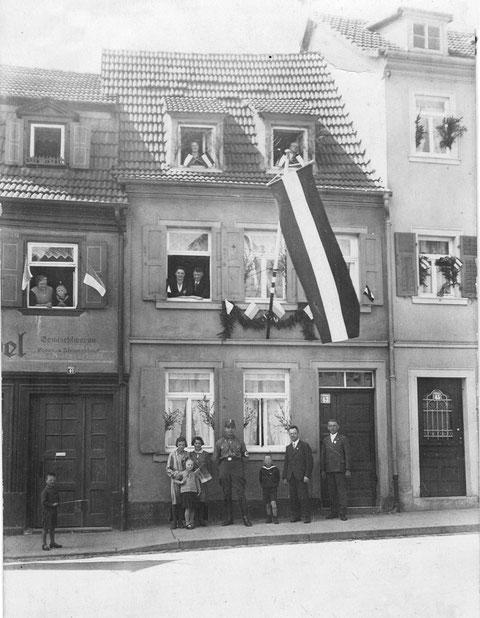"""Wolfsgasse 41-43    -    1.5.1937    -  aus dem Fenster 1. Stock Nr.43 sehen Anna und Georg Lindner - Links ist im 1. Stock das """"el"""" vom Laden von Hans Prösch""""el"""" gut sichtbar - Vielen Dank an Karin Trommer"""