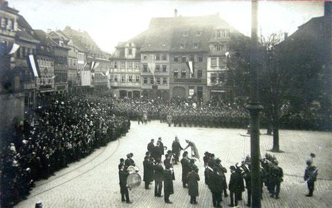 1915 gestempelte Karte - Soldaten auf dem Marktplatz mit Blick in die Spitalstraße