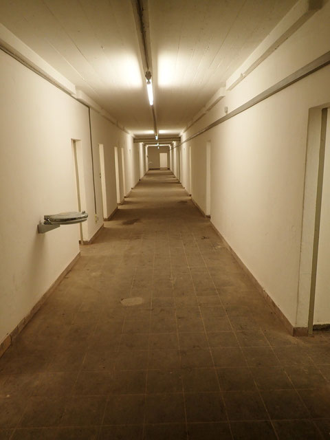 Der Gang im Erdgeschoß - rechts und links Unterbringungsräume