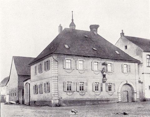 Haus Nr. 131 - Wohnhaus im Putzbau mit steinernen Ecklisenen und Walmdach