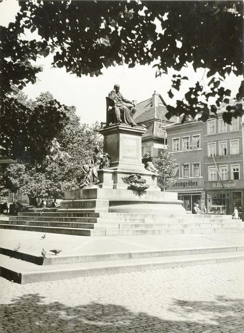 Marktplatz mit Rückert-Denkmal in den 1930ern