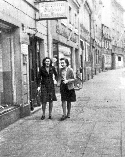 1943 - Damen des Ruderclubs in der Wolfsgasse vor dem Anwesen des Schreiners Franz Wehner Wolfsgasse 11