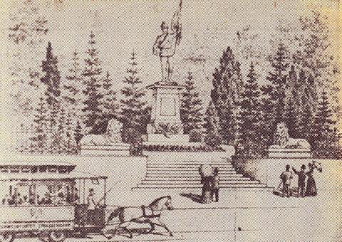 Die Pferdebahn vor dem Eingang zum alten Friedhof in der Schultesstraße; zu jener Zeit stand noch das alte Kriegerdenkmal, die Löwen flankieren auch heute wieder den Eingang zum alten Friedhof