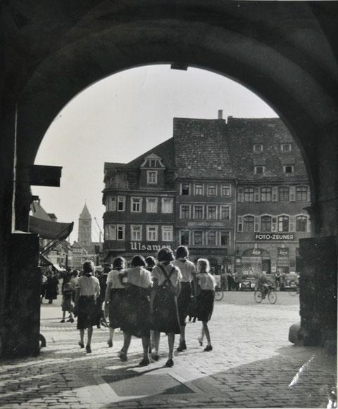 Bund Deutscher Mädels unter dem Rathausbogen - die Häuser im Hintergrund stehen noch
