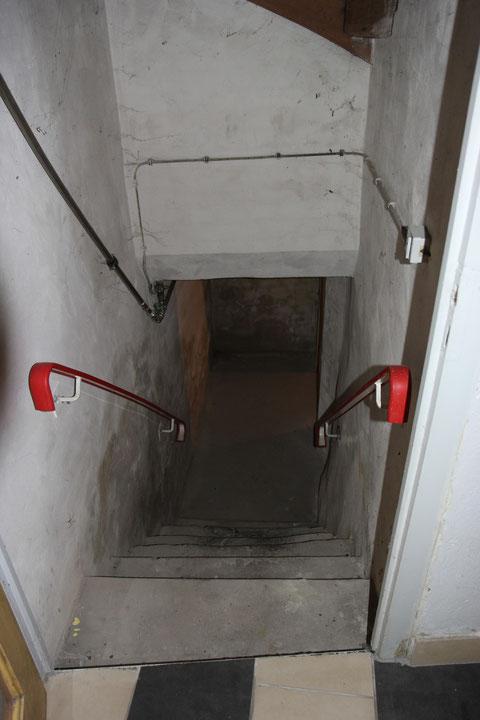 Vom Erdgeschoss führt ein kurzer Weg über 2 Abgänge in den nicht sehr tief liegenden Gewölbekeller, der selbst sehr niedrig ist, was auf eine nachträgliche Erhöhung des Fußbodens zurückzuführen sein dürfte.
