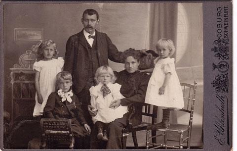Anna Weichsel mit ihrer Familie. Von links: Susanne Weichsel, Sohn und Ehemann Franz Weichsel, Heiner Weichsel, Anna Weichsel und Elsa Weichsel. Zwei weitere Kinder wurden in den Jahren nach dieser Aufnahme geboren.