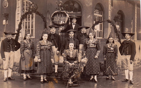 Vor dem Eingang in den 1930ern.. - in der Mitte vorne Elfriede Stengel (Tochter v. Hans Stengel) links davon Lina Stengel (auch Tochter)