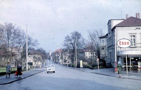 Blick vom Ende der Rückertstraße in die Mainberger Straße um 1959 - rechts noch die Tankstelle der Ring-Garagen - und das neue Polizeigebäude in der Mainberger Straße gab's auch noch nicht..