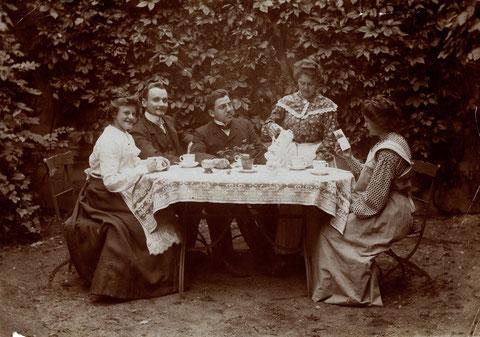 m Garten Cafe Beier Rückertstraße v.l.n.r. Mariechen Kirchner, Carl Geppert,, rechts Julie Kirchner.