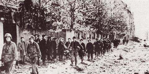Die US-Army marschiert durch Schweinfurt - 11.April 1945 Ludwigstraße; am Straßenrand stehen befreite russische Zwangsarbeiter