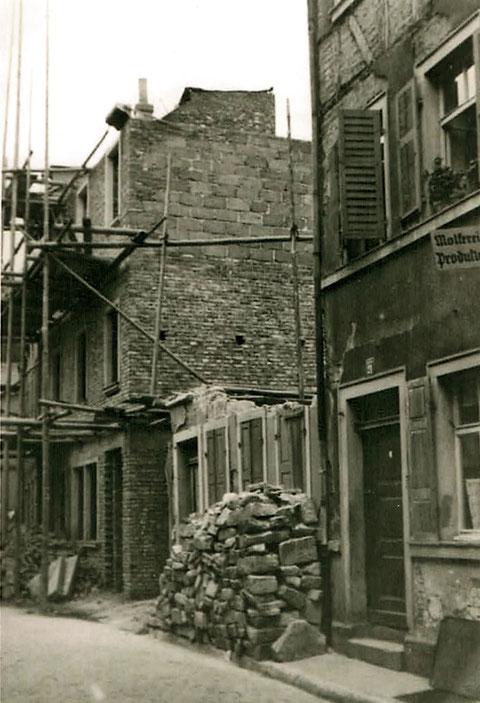 """Der Name """"Obere Straße 2, hier von der Krummen Gasse aus gesehen,ehemaliges Café Dill, Das Gebäude wurde beim letzten Bombenangriff am 10.4.1945 17 Uhr zerstört.  Am Tag darauf marschierte die US-Armee in Schweinfurt ein."""