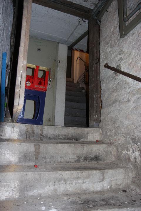 Zunächst führen zwei Treppen über zwei Ebenen in die Tiefe. Die Keller sind hier relativ klein und waren mit einer Luftschutztüre im jeweiligen Abschnitt versehen.