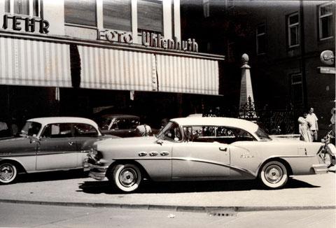 """Es gab einst ganz tolle """"Schlitten"""" am Albrecht-Dürer-Platz. Hier ein 1955 Buick Century."""