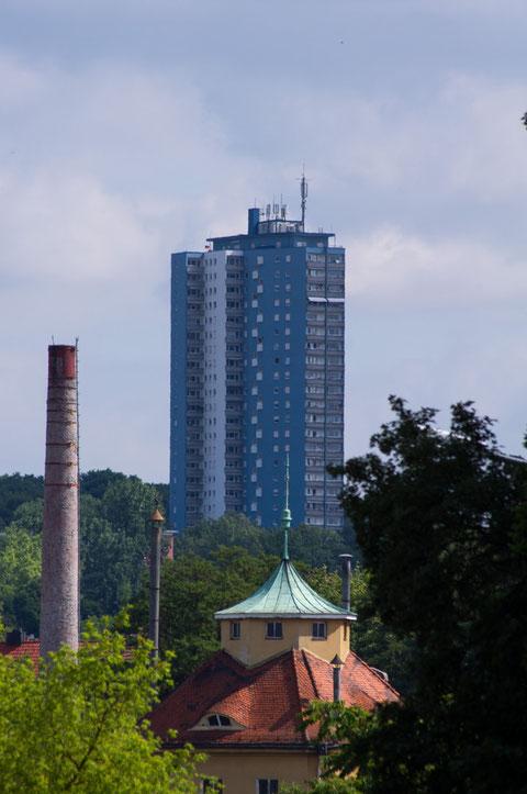"""Blick zum SKF-Hochhaus (auch """"Blauer Klaus"""" genannt)"""