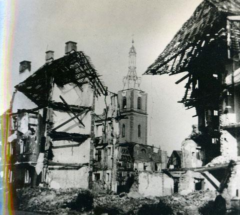Blick durch Ruinen auf die beschädigte Kilianskirche