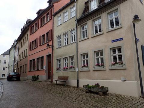 Krumme Gasse 23 (rotes Haus), rechts davon Krumme Gasse 25