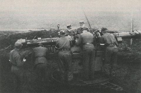 Meßtrupp I des Obergefreiten Pfiffl in der Batterie Oberndorf beim Exerzieren in Erwartung des Zielflugzeuges.