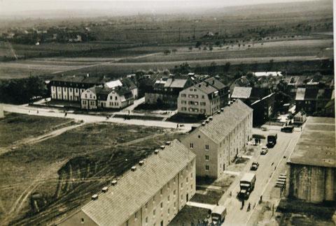 """Blick (vermutlich) vom Wasserturm auf die Straße """"Am Wasserturm"""", rechts der damalige Bunker, der heute bewohnt ist und eine Pizzeria beherbergt. Danke an Jennifer Kohl"""