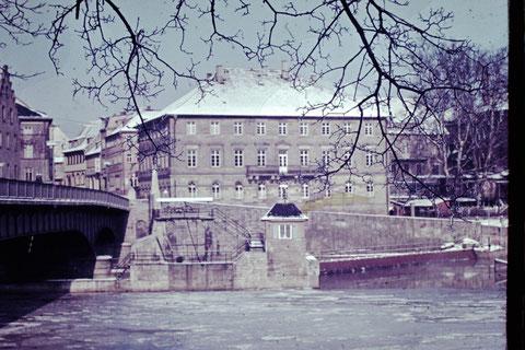1952 - Alte Mainbrücke mit Harmoniegebäude - Danke an Christel Feyh
