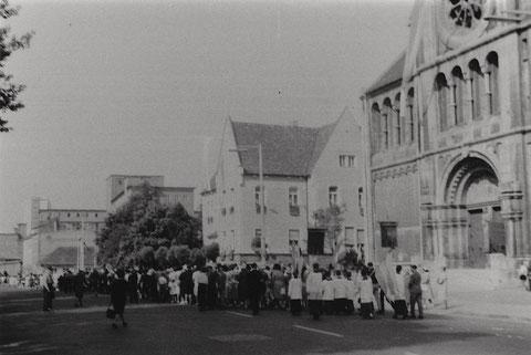 Fronleichnamsprozession vor der Hl-Geist-Kirche ca. 1960 - im Hintergrund SKF-Werke in der Schrammstraße