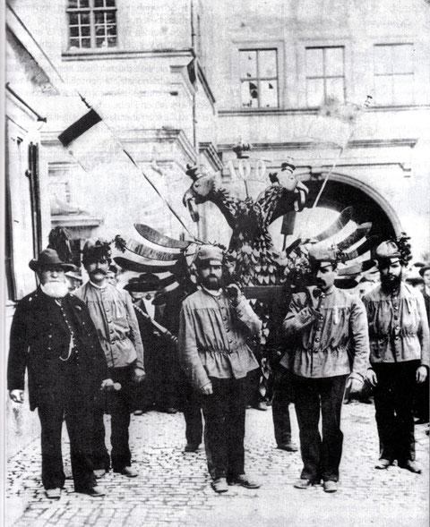 Der Schützenadler vor dem Rathausbogen vor der Stadtapotheke im Jahre 1887