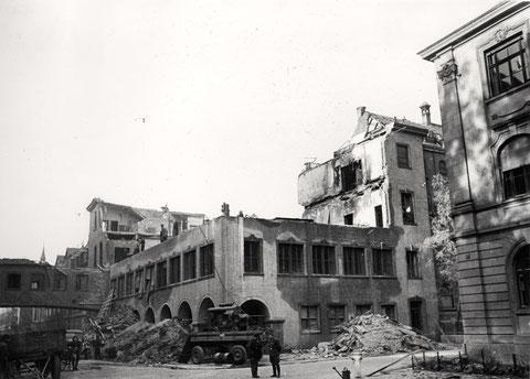 Kameradschaftsheim (Bau 64) vom Schillerplatz aus gesehen, rechts Finanzamt, links Übergang zum Hochbau (Wälzlagerfertigung, Bau 42) - 24.10.1943