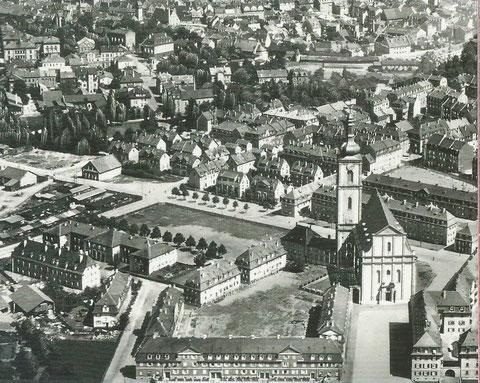 """1931 - rechts im Hintergrund die nordwestliche Stadtmauer mit dem """"Höpperlesturm"""" (Schweinehirtenturm)"""