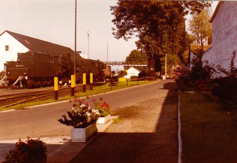 Platz hinter dem Lokschuppen und dem Verwaltungsgebäude mit Lokomotiven