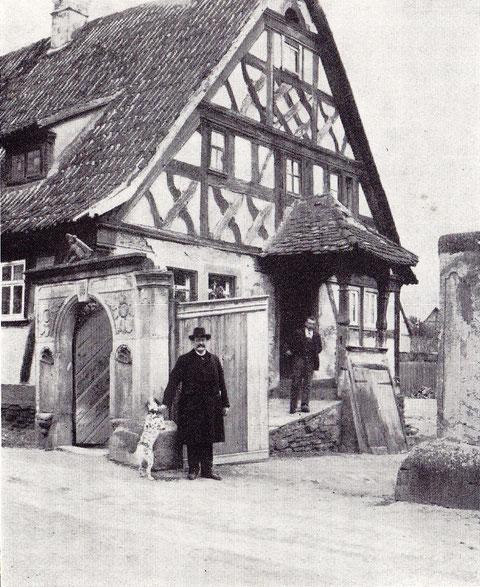 Haus-Nr. 69  Wohnhaus mit Fachwerkgiebel und Vorhalle vor dem Hauseingang; erbaut 1726